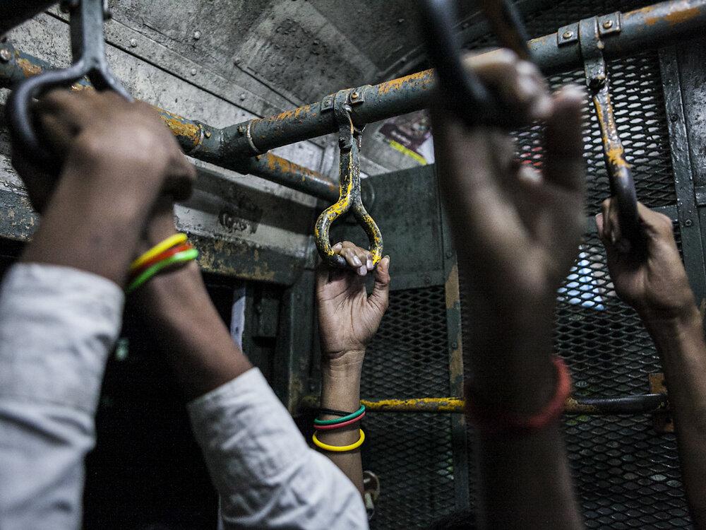 Mumbai Mirror, 2013. People in an evening train.